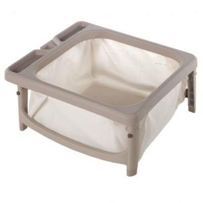 csecsemő fürdetése összecsukható babakádban